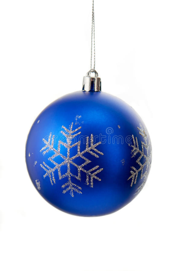 Bola azul do Natal com os flocos de neve sparkly de prata isolados no branco imagem de stock royalty free