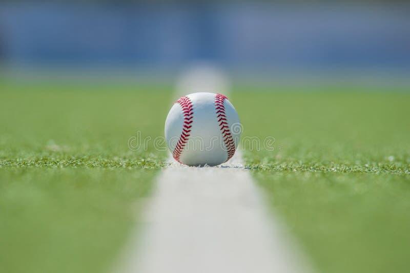 Bola blanca para jugar a béisbol en el fondo de la hierba fotos de archivo libres de regalías
