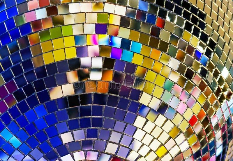 Bola brilhante do espelho com destaques coloridos no disco fotos de stock royalty free