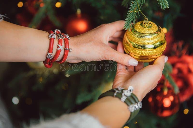 Bola brilhante dourada que decora um tiro do close up da árvore de Natal fotos de stock