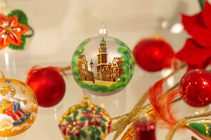 Bola da véspera de Ano Novo com uma imagem de uma cidade fotos de stock