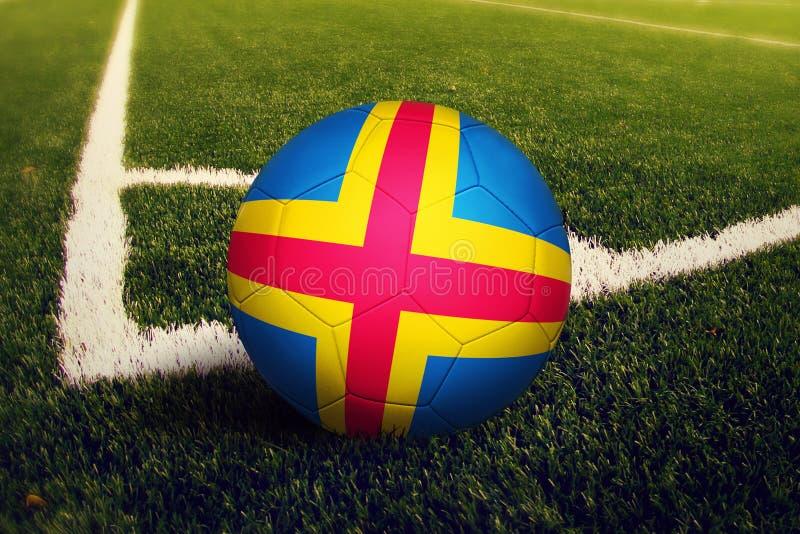 Bola das ilhas de Aland na posi??o do pontap? de canto, fundo do campo de futebol Tema nacional do futebol na grama verde imagens de stock