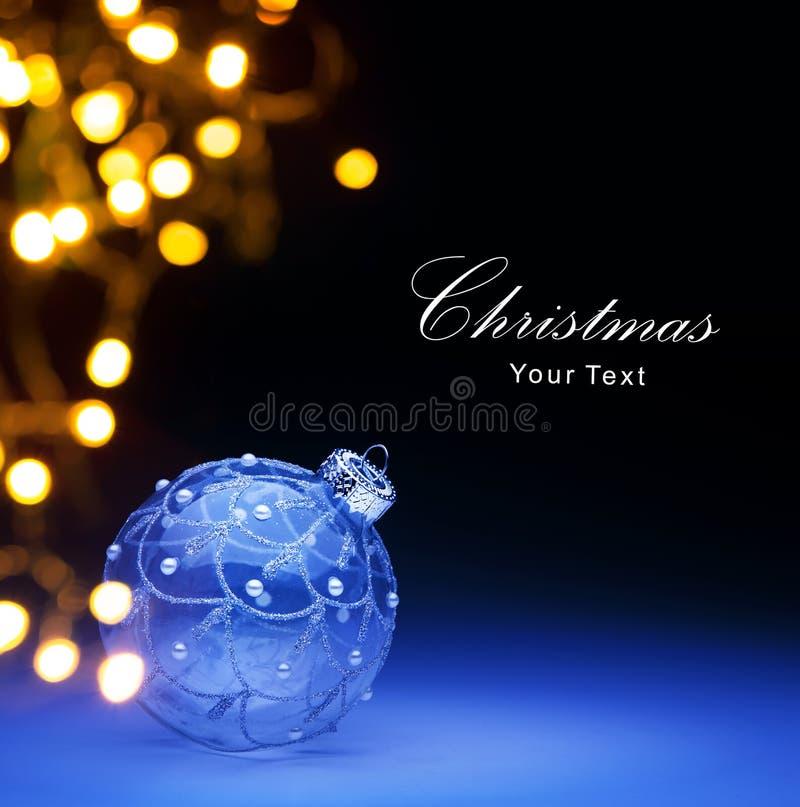 Bola de Art Blue Christmas y luces de la Navidad imagenes de archivo