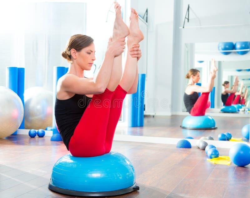 Bola de Bosu para la mujer del instructor de la aptitud en aeróbicos fotos de archivo