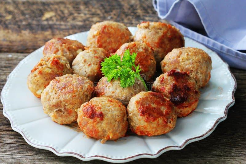Bola de carne fritada, costoletas deliciosas da carne na tabela escura rústica fotografia de stock royalty free