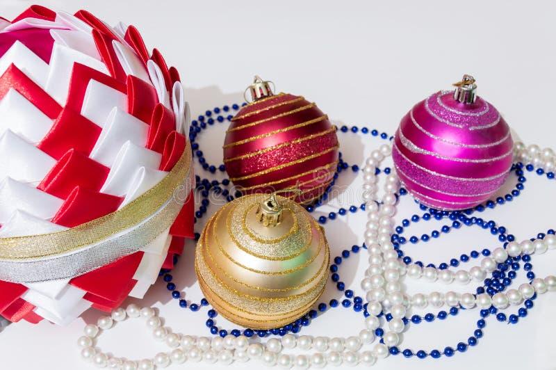 Bola de cintas coloreadas, en el estilo de Kanzashi Bolas y gotas de la Navidad en un fondo ligero decoraciones imagen de archivo