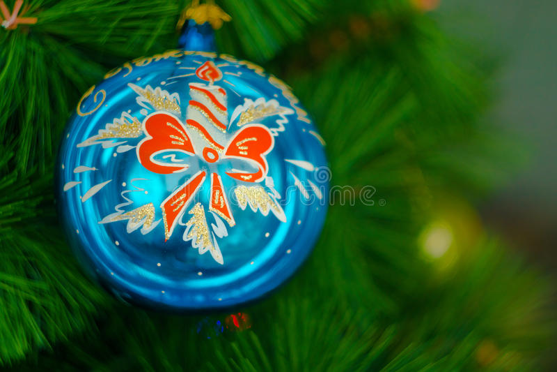 Bola de cristal azul en el árbol de navidad fotos de archivo libres de regalías