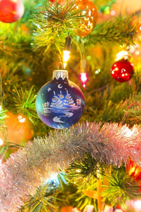 Bola de cristal azul hermosa en el árbol de navidad imagen de archivo