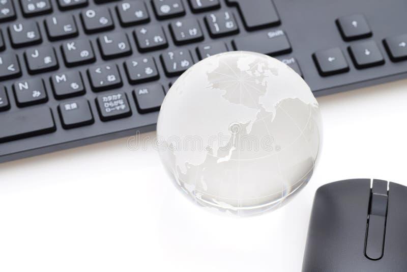 Bola de cristal del globo con el teclado fotos de archivo