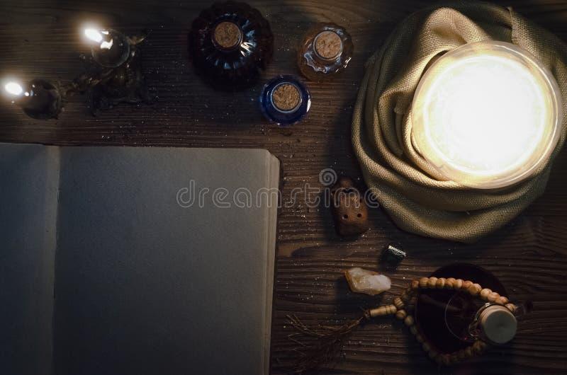 Bola de cristal e livro mágico antigo com espaço da cópia seance Conceito futuro da leitura fotografia de stock