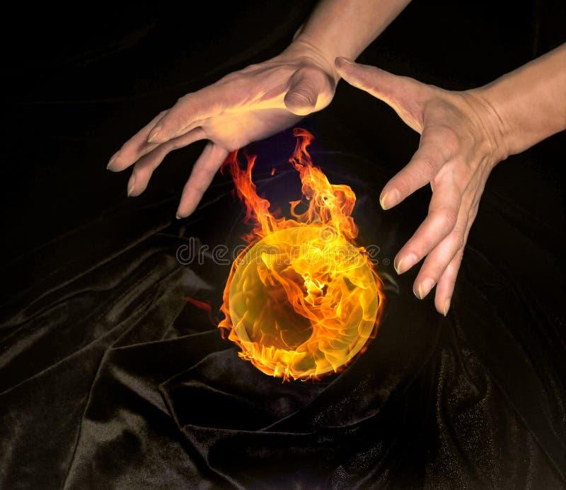 Bola de cristal e mãos ardentes fotografia de stock royalty free