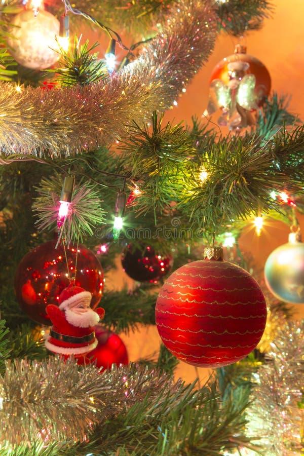 Bola de cristal hecha a mano hermosa en el árbol de navidad fotos de archivo