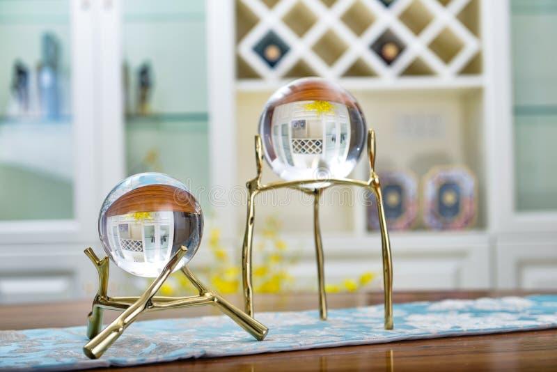 Bola de cristal na prateleira dourada fotos de stock