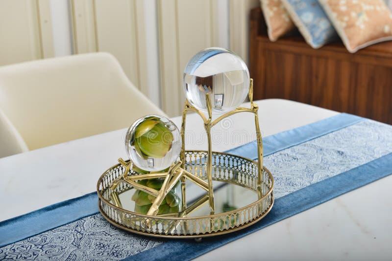 Bola de cristal na prateleira dourada foto de stock royalty free