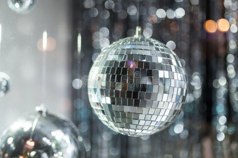 Bola de discoteca con los rayos brillantes fotografía de archivo libre de regalías