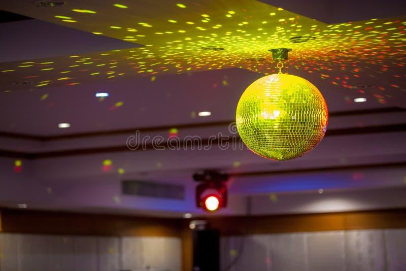 Bola de discoteca con los rayos brillantes, foto del fondo del partido de la noche El partido enciende la bola del disco fotos de archivo libres de regalías
