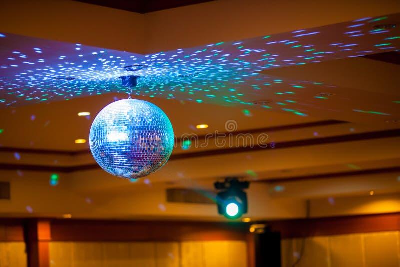 Bola de discoteca con los rayos brillantes, foto del fondo del partido de la noche El partido enciende la bola del disco fotos de archivo