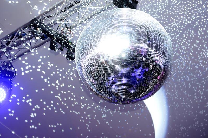 Bola de discoteca y luces fotografía de archivo libre de regalías
