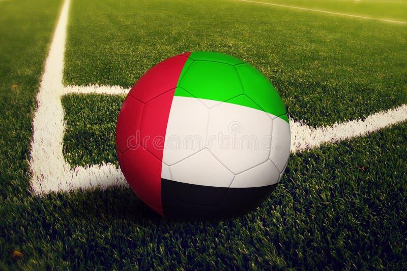 Bola de Emiratos ?rabes Unidos na posi??o do pontap? de canto, fundo do campo de futebol Tema nacional do futebol na grama verde ilustração stock