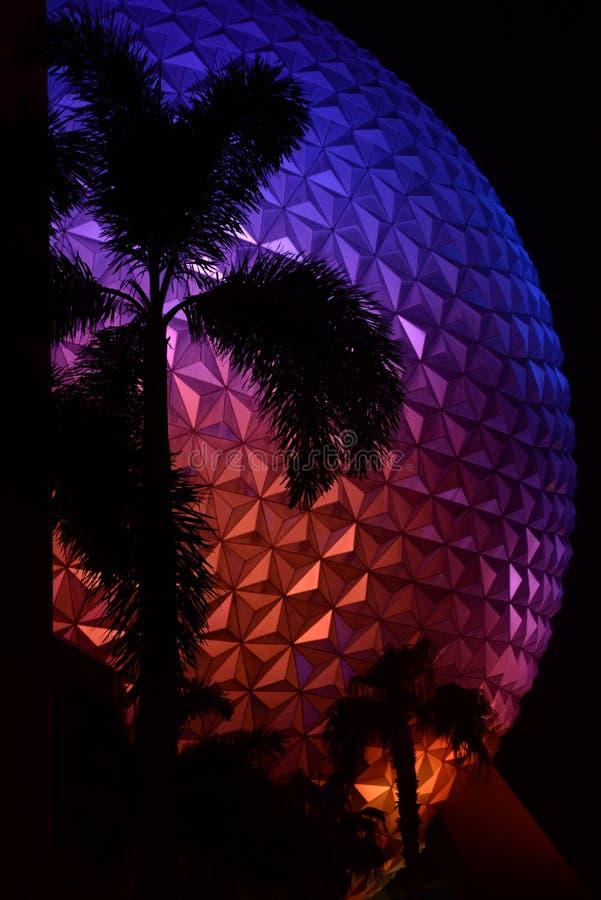 Bola de Epcot con las palmeras fotografía de archivo libre de regalías