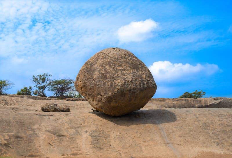 Bola de equilibrio en Mahabalipuram, un sitio del patrimonio mundial de la UNESCO fotografía de archivo