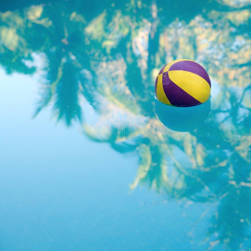 Bola de flutuação no swimmingpool foto de stock royalty free