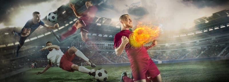Bola de futebol ascendente pr?xima no fogo e nos jogadores de futebol Colagem creativa fotos de stock royalty free