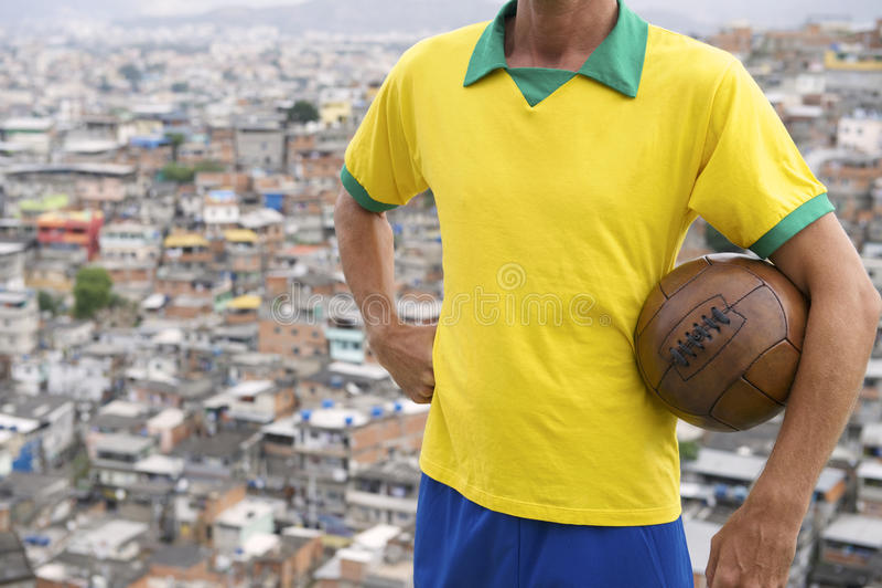 Bola de futebol brasileira Favela do vintage do jogador de futebol fotografia de stock royalty free