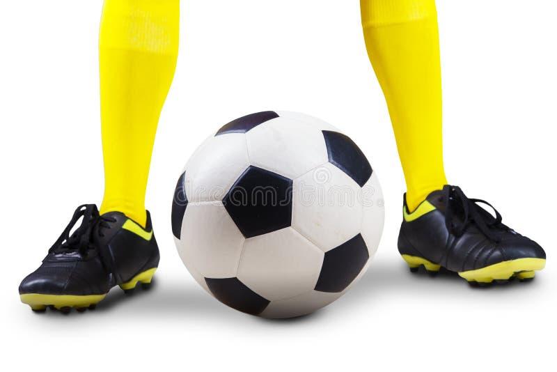 Bola de futebol com pés do jogador foto de stock royalty free