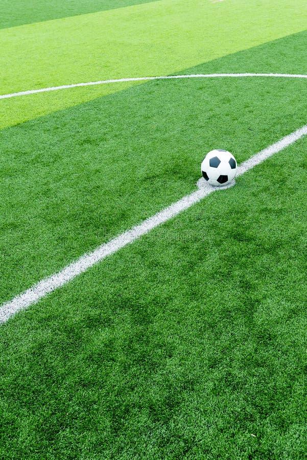 A bola de futebol em retrocede fora o ponto fotografia de stock royalty free