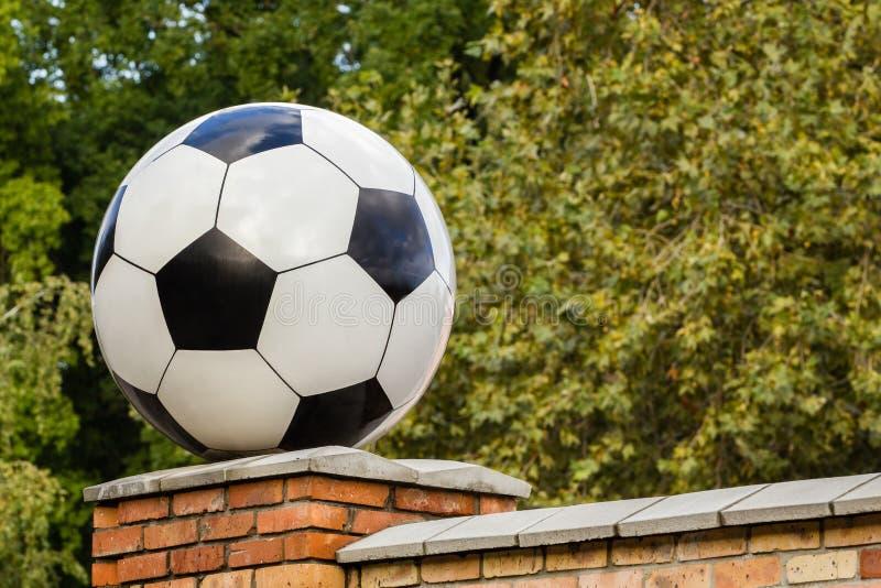 Bola de futebol feita do mármore, elemento arquitetónico decorativo fotos de stock