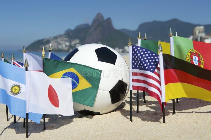 Bola de futebol internacional Rio de janeiro Brazil das bandeiras de país do futebol imagem de stock royalty free
