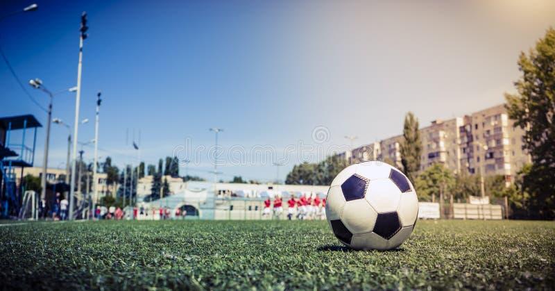 Bola de futebol na grama no estádio de futebol fotos de stock royalty free