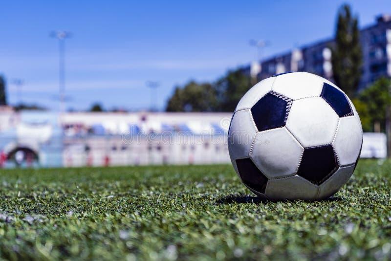 Bola de futebol na grama no estádio de futebol fotografia de stock royalty free