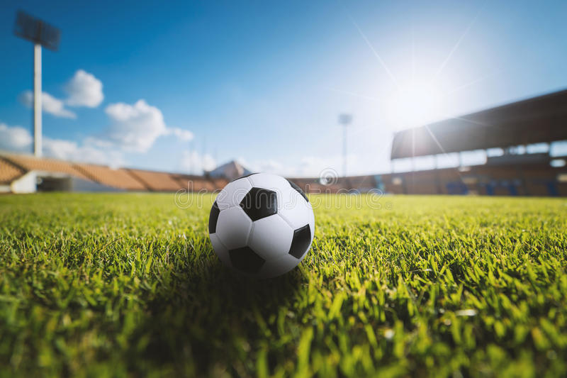 Bola de futebol na grama no estádio de futebol fotografia de stock