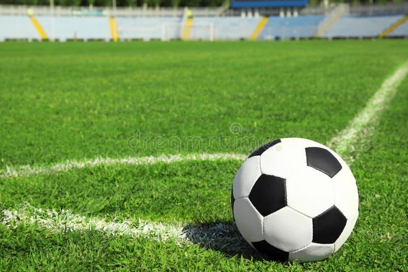 Bola de futebol na grama verde fresca do campo de futebol foto de stock royalty free