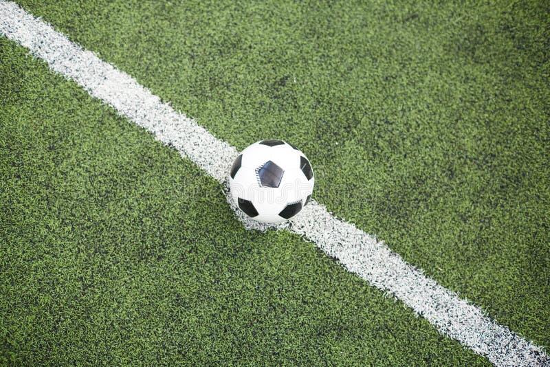 Bola de futebol na linha de divisão fotos de stock royalty free