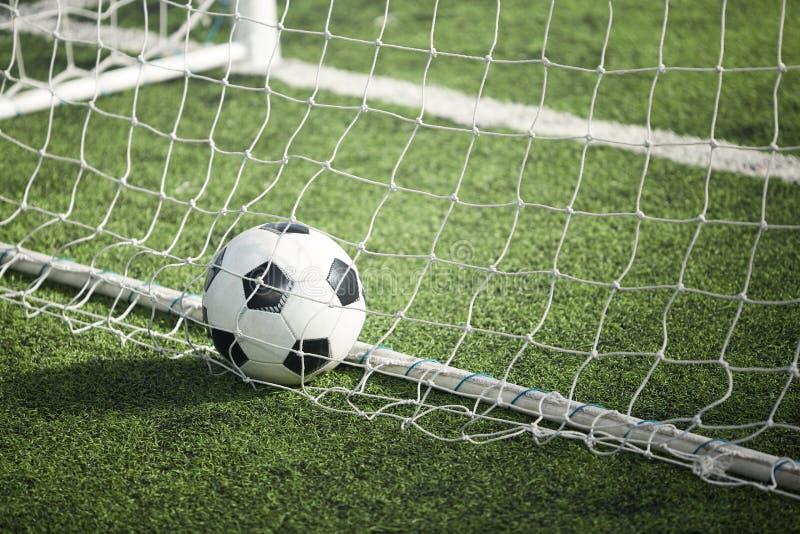 Bola de futebol na porta imagens de stock royalty free