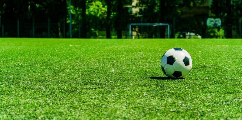 Bola de futebol no conner do campo de futebol imagem de stock