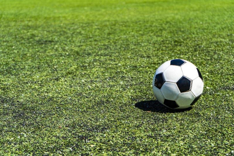Bola de futebol tradicional no campo de futebol fotos de stock