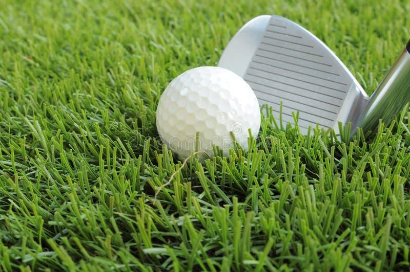 Bola de golfe aproximadamente a ser batida imagens de stock