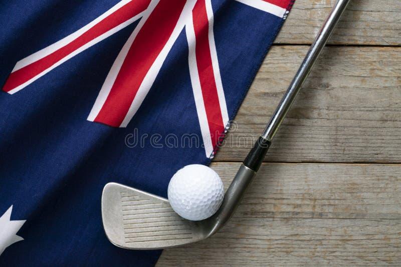 Bola de golfe com a bandeira de Austrália na tabela de madeira imagens de stock royalty free