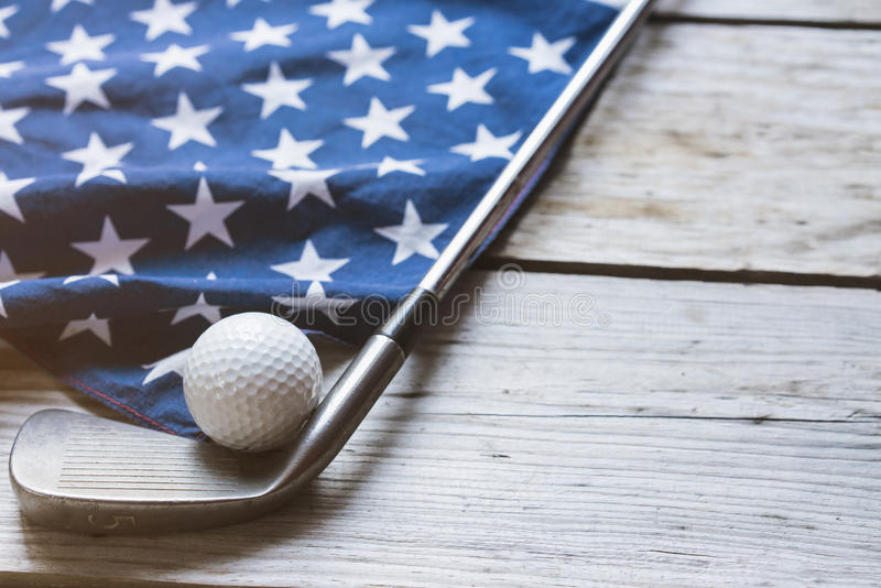 Bola de golfe com a bandeira dos EUA na tabela de madeira foto de stock royalty free