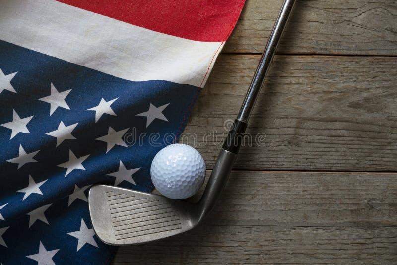 Bola de golfe com a bandeira dos EUA na tabela de madeira fotografia de stock royalty free