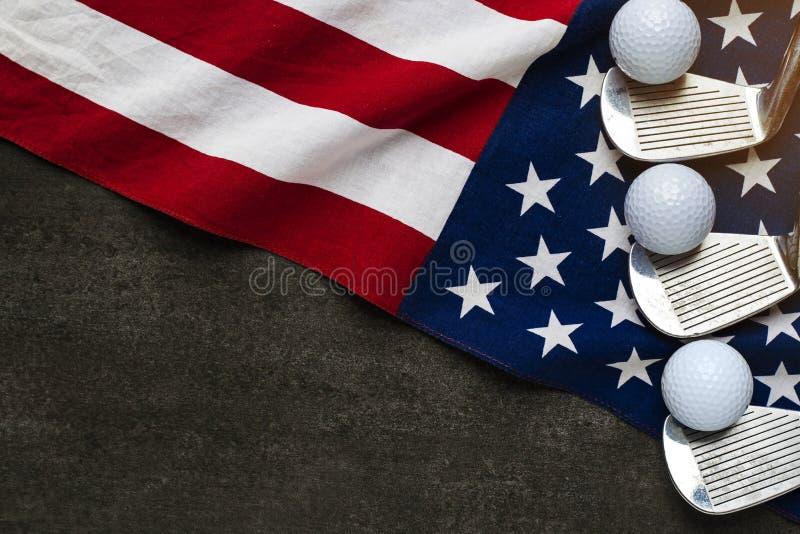 Bola de golfe com a bandeira dos EUA na tabela de madeira fotografia de stock