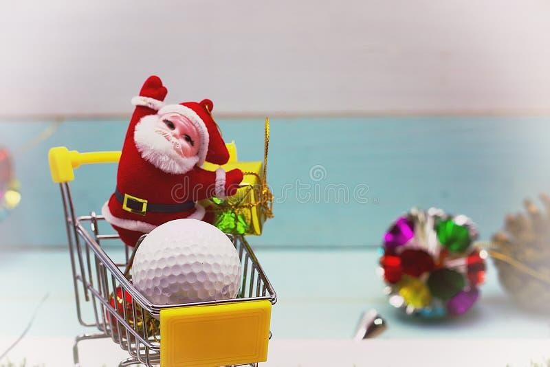 Bola de golfe com a decoração do Natal para o feriado do jogador de golfe fotografia de stock royalty free