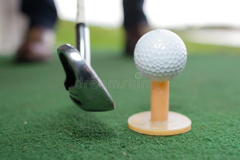 Bola de golfe do tiro com clube de golfe imagem de stock