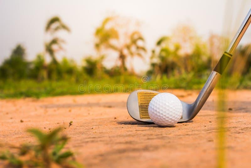 Bola de golfe na armadilha com areia fotos de stock