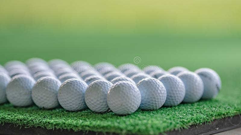 Bola de golfe na grama artificial imagens de stock