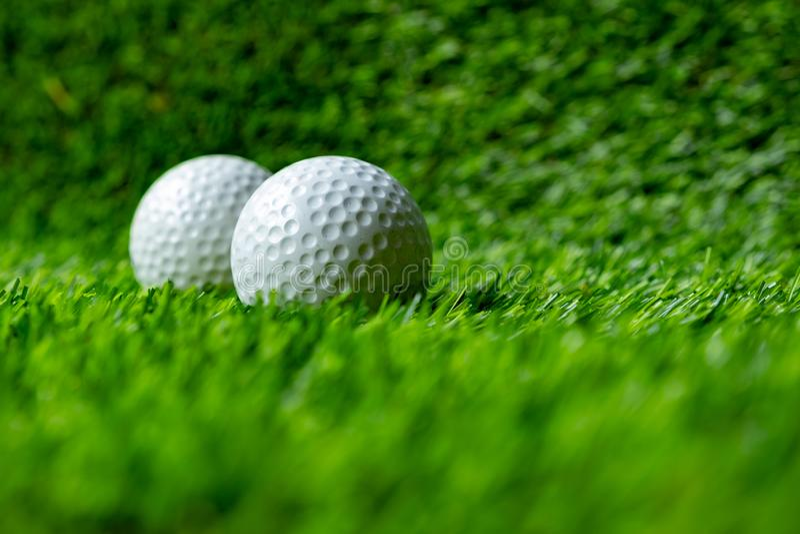Bola de golfe na grama verde fotografia de stock royalty free